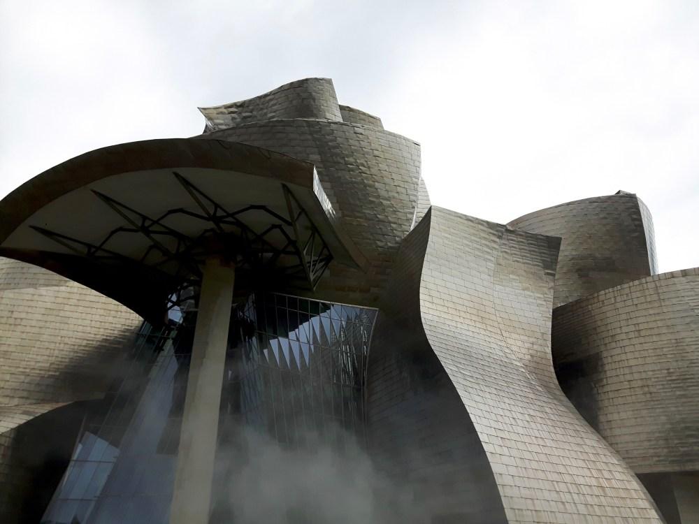 L'effet brouillard de Fujiko Nakaya mettant en valeur la structure de verre, de pierre et de titane du musée.