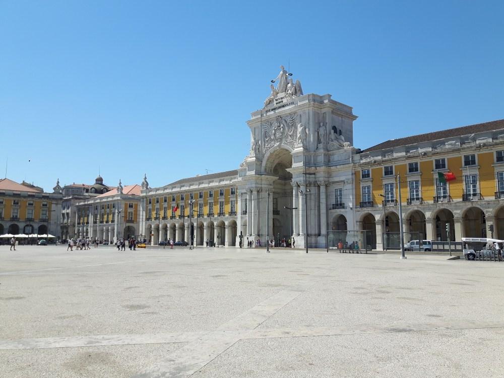 Lisbonne a connu un grand tremblement de terre, un tsunami et une famine en 1755 qui ont considérablement re modelé la ville. La Place du Commerce n'a pas échappé à cette reconstruction...