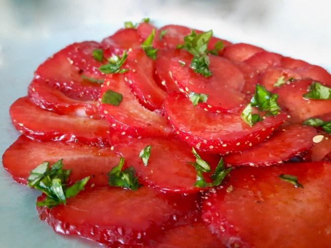 Carpaccio de fraises charlottes. Basilic. Poudre des bulgares.