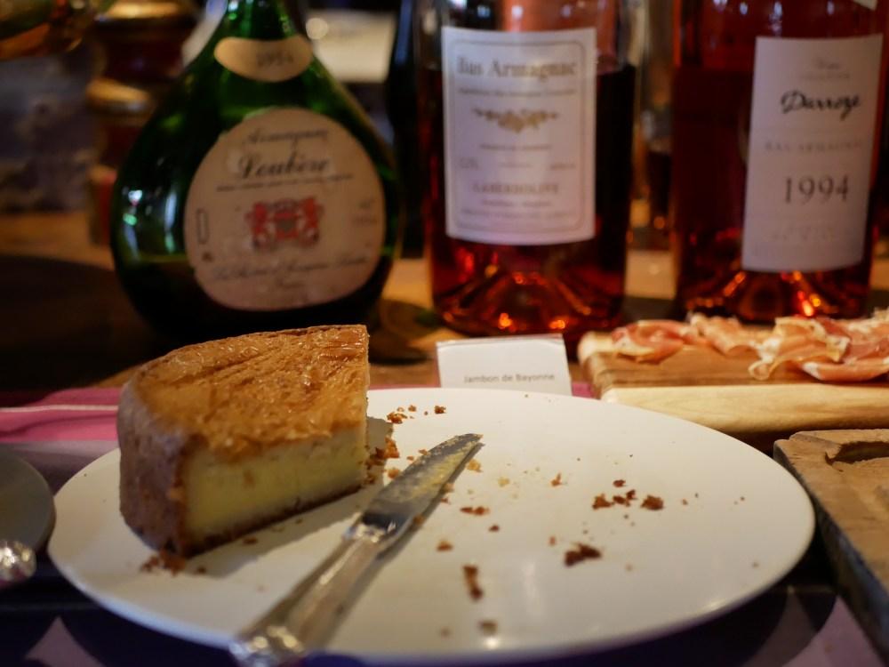 Au petit matin, ne pas se tromper entre le gâteau basque et l'armagnac voisin...