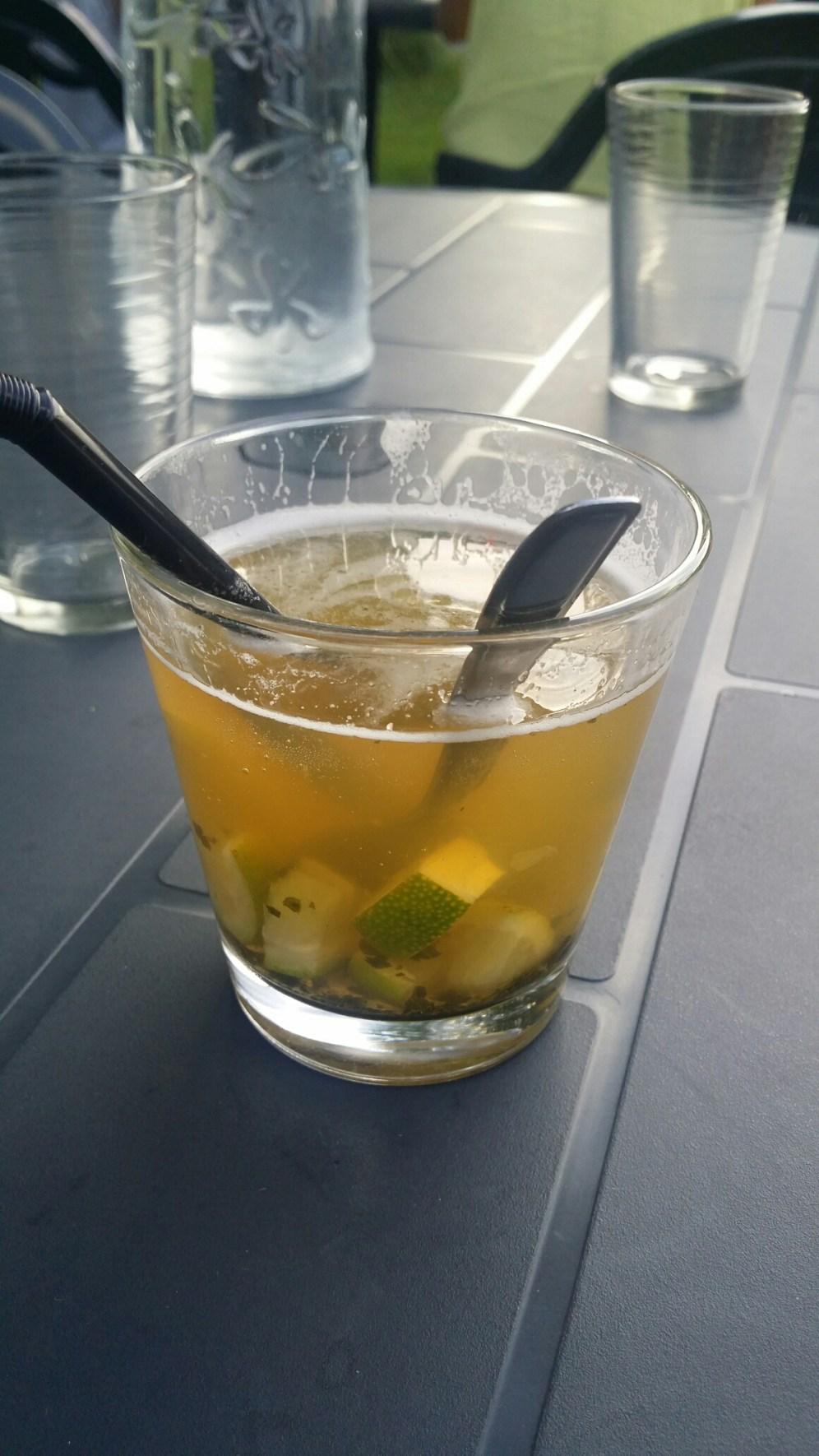 Bière citronnée, citron vert, rhum, sucre de canne, menthe.
