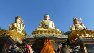Les statues de Bouddha, au centre, Chenresig à gauche et Guru Rinpoché à droite