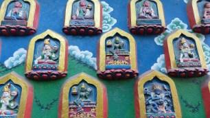 Détail d'un mur: les divinités Hindous et Bouddhistes sont très mélangées dans la culture locale