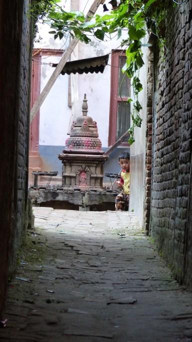 Cache-cache avec un petit Népalais