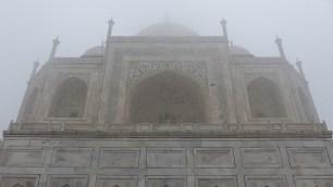 Au pied du Taj Mahal, le monument est imposant