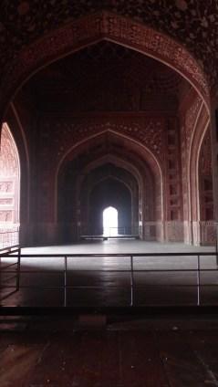 Pour conserver la symétrie parfaite du lieu, un bâtiment identique à la mosquée a été érigé à l'est
