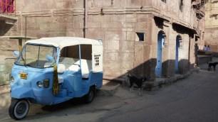 Même les rickshaw sont bleus!