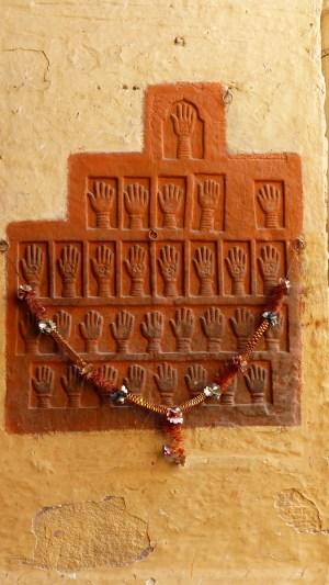 Ces empreintes de main sont celles des dernières femmes du Maharaja à avoir pratiqué le Sati (suicide collectif sur le bûcher du roi)