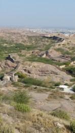 Depuis un temple perché, vue sur les remparts qui continuent bien après le fort
