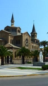 Jolie église devant le parc