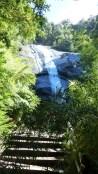 Le sentier débouche sur une première cascade