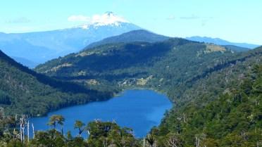 Un point de vue donne sur le lac Tilquilco et le volcan Villarica, en arrière plan