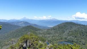 Le volcan Lanin est à la frontière argentine; à droite, le Ketrupillan, dégagé