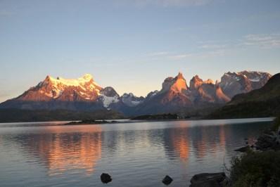 Le lever du soleil embrase les reliefs du Torres del Paine