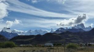 Le Cerro Torre (3102m) est bien visible. A gauche, le massif enneigé comporte des sommets entre 2000 et 3000m