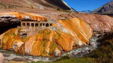 La couleur est due aux dépôts de minéraux par le fleuve qui coule sur le dessus du pont