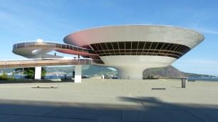 Le bâtiment, dessiné par Oscar Niemeyer, est très photogénique