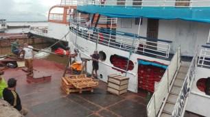 Chargement des oignons sur notre embarcation!
