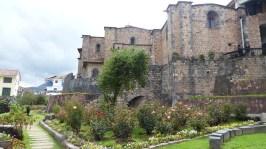 Le monastère s'appuie sur le mur courbé inca, en noir