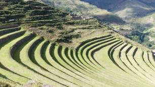 Les grandes terrasses qui font la renommée du site, sur le flanc Est
