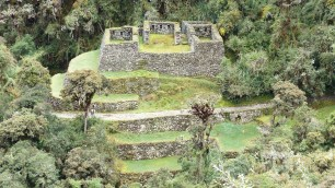 En face, se dresse un ancien fort