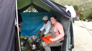 Laureen à la préparation du repas, avec le chef, Jorge!