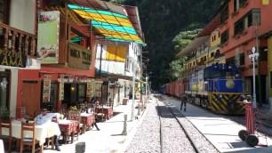 La voie ferrée passe au milieu de la rue princioale