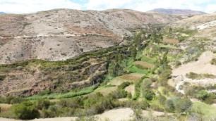 La vallée est verdoyante, en contrebas
