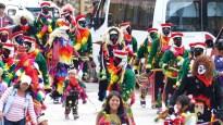 Les groupes en costumes colorés défilent en attendant le lancement des festivités