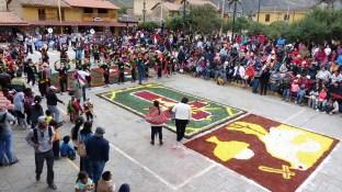 Danse d'ouverture en face de l'église