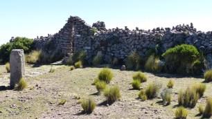Ces ruines au sommet abritent une croix