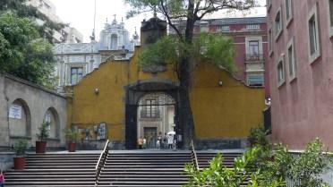L'arche qui marque l'entrée du Templo San Francisco et, juste derrière, la Casa de Azulejos