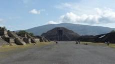 Au bout de l'allée des morts, la pyramide de la Lune se détache sur la montagne