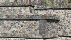Le long de l'allée on peut admirer les murs restaurés des bâtiments