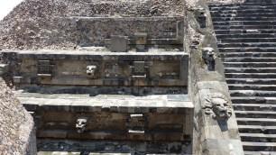 Les décors de la pyramide de Quetzalcoatl sont bien conservés