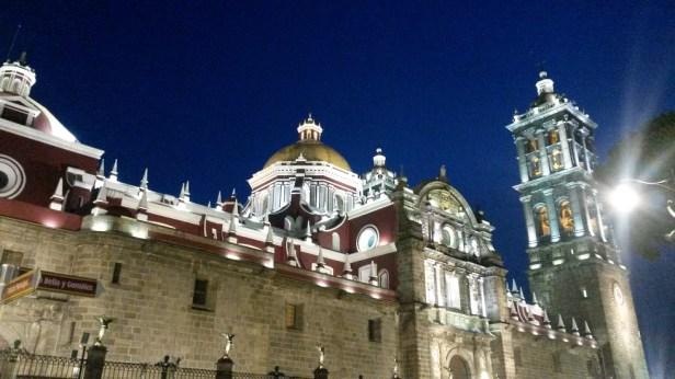 La cathédrale est encore plus jolie éclairée de nuit (vue depuis le Zocalo)