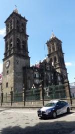 Les hautes tours de la cathédrale sont assez austères