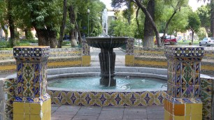 Fontaine couverte de faïence