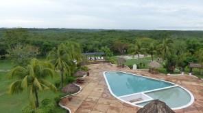La piscine de l'hôtel près d'Uxmal, avec au fond la pyramide qui dépasse de la forêt