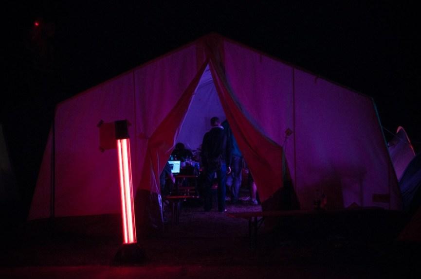 Sous les tentes du Chaos Communication Camp, les écrans s'activent. À deux pas de là, on danse, on joue aux jeux vidéos, on regarde des films, on partage... - Photo Ophelia Noor