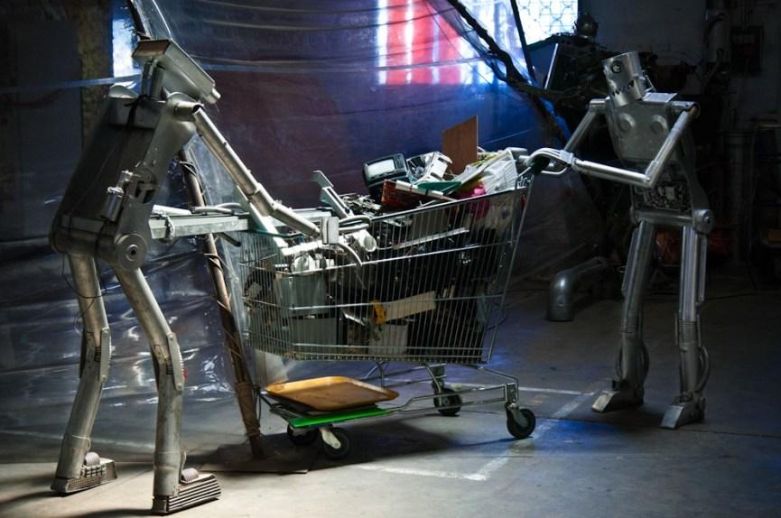 Soulever le capot, un des fondement de la culture hacker. Un des nombreux robots du Tetalab (THSF), le hackerspace de Toulouse, dans ses locaux partagés avec le collectif d'artistes Mix'art Myris. - Photo Ophelia Noor