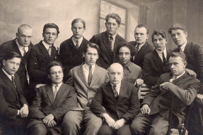 Литобъединение «Узвышша». Из 13-и десять были репрессированы, пятеро расстреляны или умерли в лагерях (Адам Бабарэка, Сяргей Дарожны, Уладзімір Жылка, Тодар Кляшторны і Васіль Шашалевіч).