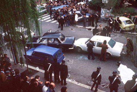 La foule autour du lieu du massacre. Immédiatement après l'enlèvement Francesco Cossiga, alors ministre de l'Intérieur, a décidé de créer un comité pour gérer la crise. À midi, les fiches de 16 terroristes présumés sont établies.