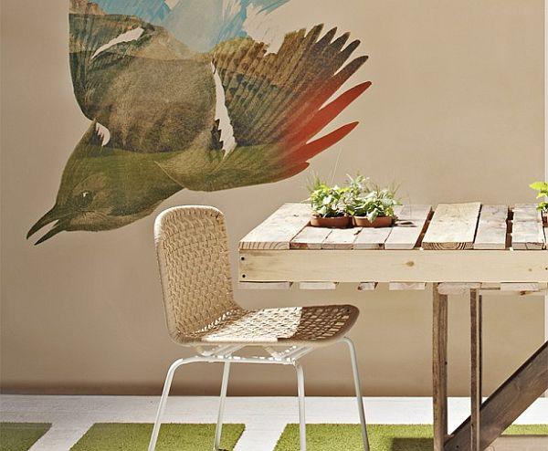 Iz palet sestavljena lesena jedilna miza (vir: readymade)