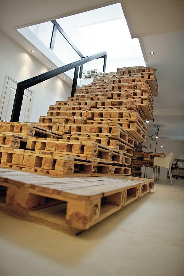 Stopnice narejene in sestavljene iz palet