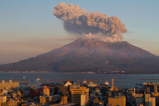 Sakurajima au coucher, faisant face à Kagoshima.