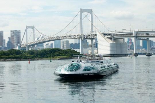Bateau futuriste, design par le mangaka Leiji Matsumoto sur la baie de Tokyo.