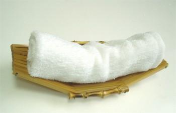 Serviette chaude sur un reposoir en bambou.