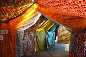 Exposition sur les tissus africains. Photo par Emmanuel Bendiyan (sur Flirck : https://www.flickr.com/photos/127421403@N04/)