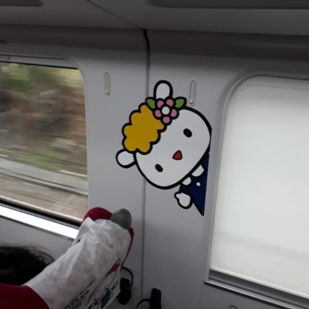 Train Hello Kitty Sanrio intérieur le site du Japon